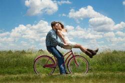 emphatische-Liebesbeziehung-Herausforderung--Paar-Fahhrrad-engagement