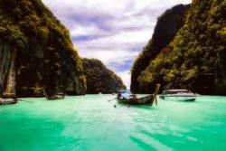 Selbstfindungsreise-bucht-boote-berge-thailand