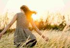 gluecklich-sein-natur-frau-das-leben-ist-gut-sunset