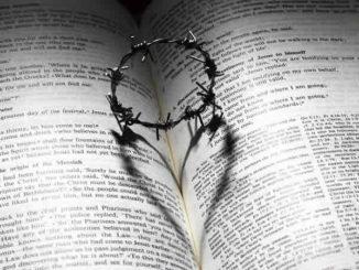 Spiritualität und Kirche-kreuz-dornen-krone-bibel-love