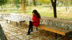 Selbstreflexion wie geht das-selbstreflektion-fokus-Herbst-Frau-Bank-thoughtfulness