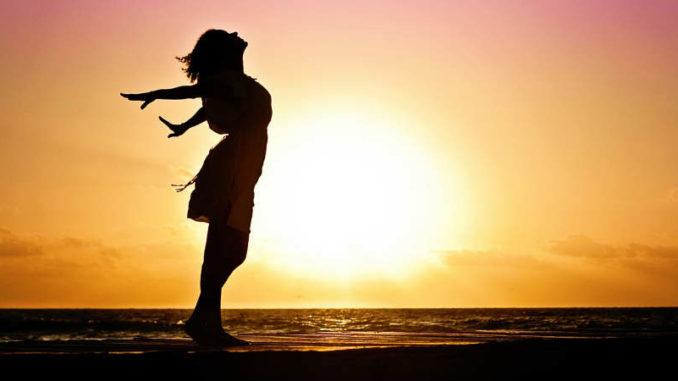 Glueckselige-Goetterwelt-im-Innersten-Frau-Sonneaufgang-Meer-woman