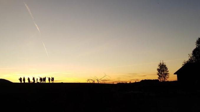die Kinder unserer Kinder-Lifepassion-Abend-gruppe-huegel-sonnenuntergang