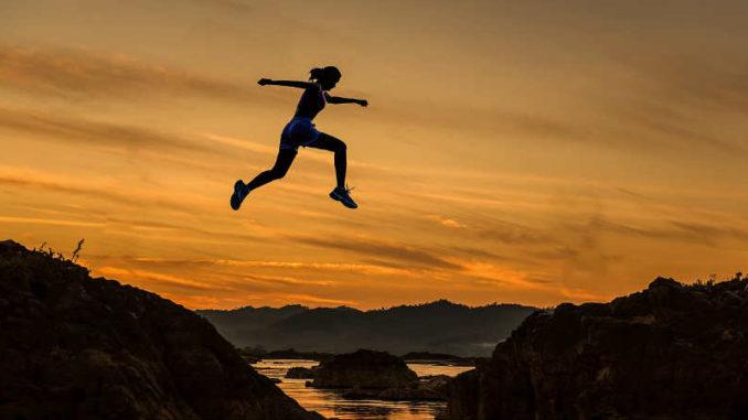 erfolgreich-werden-frau-springt-wassergraben-achieve