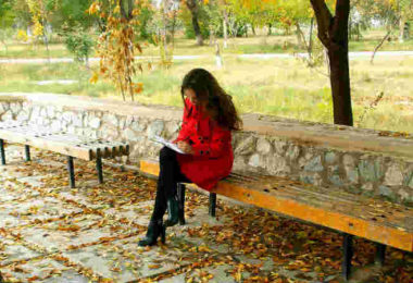 Selbstreflexion wie geht das-810-450-selbstreflektion-fokus-Herbst-Frau-Bank-thoughtfulness