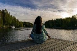 Meditation-Frau-See-himmel