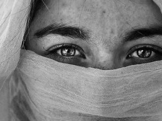 weiblichkeit-spiritualitaet-frau-schleier-augen-beautiful