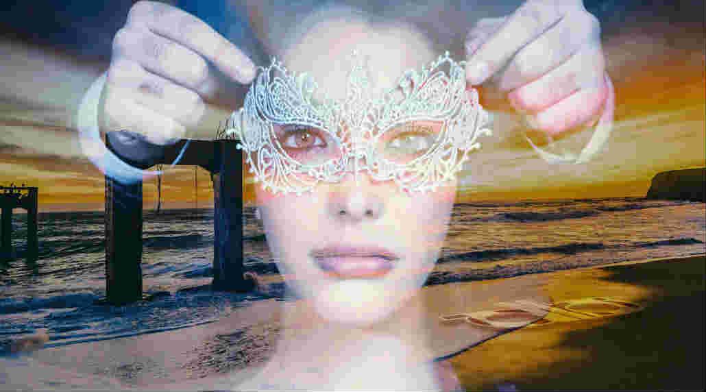 das Weibliche-sunset-maenner-haende-maske-woman