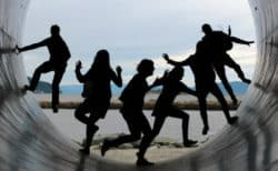 menschen-tunnel-gesellschaft-zyklen-friendship