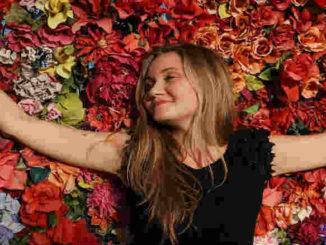 Verantwortung oder Bürde-Frau-gluecklich-Blumen-girl