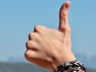 Glaubenssätze-daumen-hoch-hands