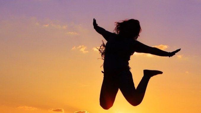Feiert das Leben-feiern-frau-luftsprung-live
