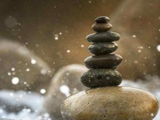 steinstapel-wasser-inneres-gleichgewicht-balance