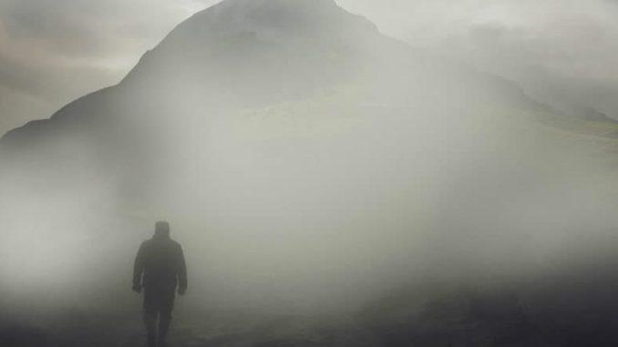 wandel-nebel-mann-berg-landscape