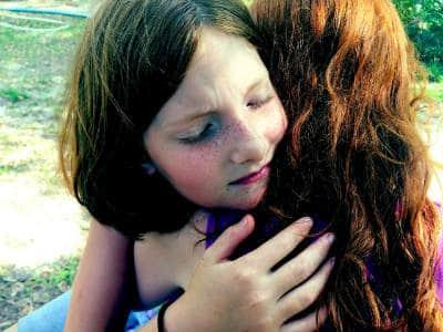 maedchen-umarmung-vergebung-hug