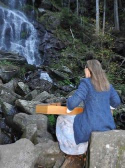Anja-Tochtermann-am-Wasserfall