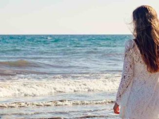 frau-meer-meditation-vertrauen-young-woman