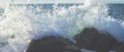 Erzengel Michael -macht-wellen-felsen-splashing