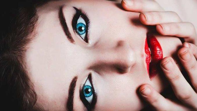weibliche-identitaet-frau-gesicht-blue-eyes