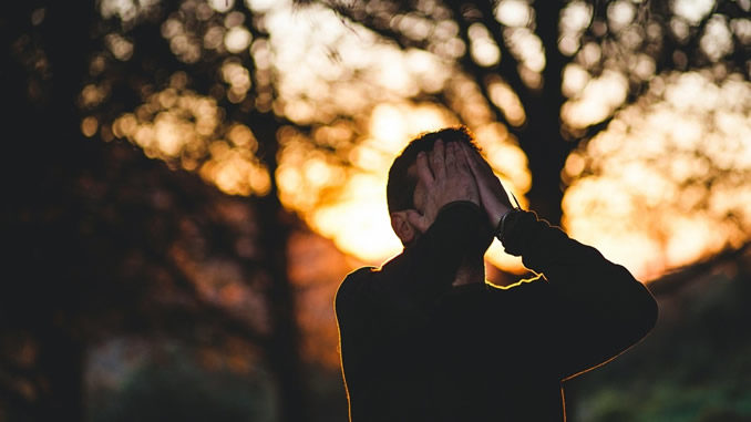 mann-Stress-haende-gesicht