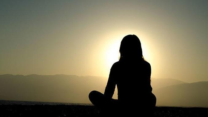 meditation-frau-sonnenuntergang
