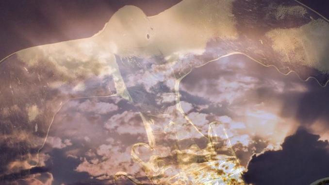 hand-taube-himmel-pfingsen-sky