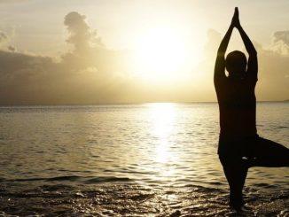 resilienz-yoga-frau-meer