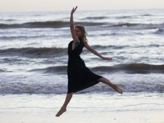 frau-meer-springt-beach
