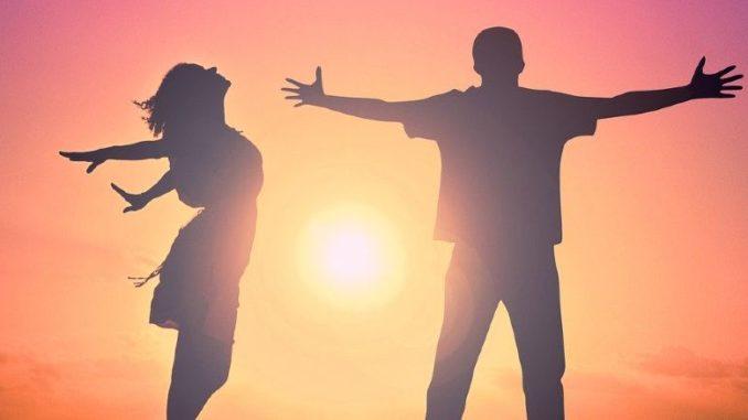 mann-frau-sonnenuntergang-gluecklich-hug