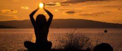 sonnenuntergang-frau-yoga-sun