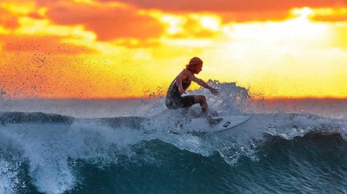 surfen-frau-welle-sonnenuntergang-surfing