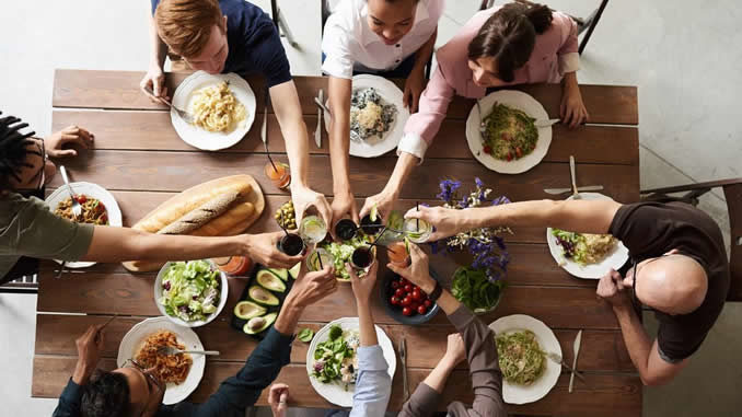 gemeinsam-essen-anstossen-group-of-people