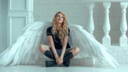 Frau mit Engel Fluegel