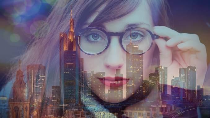 Frau mit Stadt Hintergrund