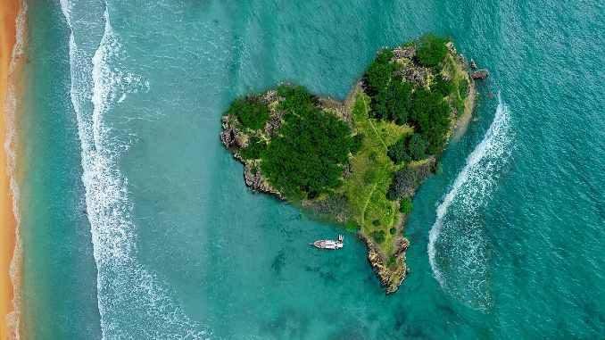 Herzfoermige Insel im Meer