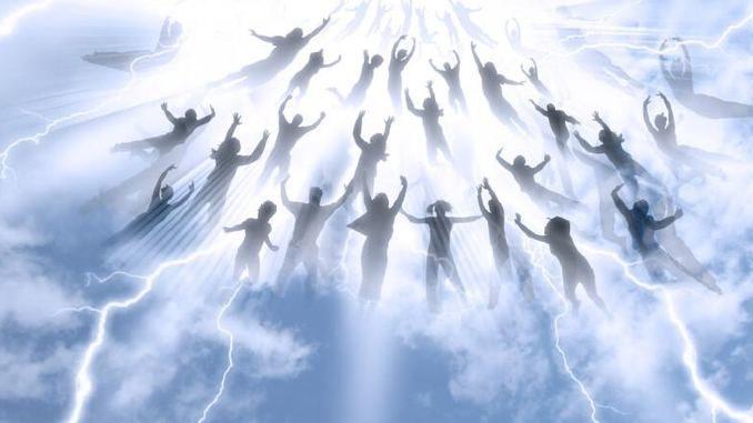 Menschen-fliegen-am-himmel-stockphoto