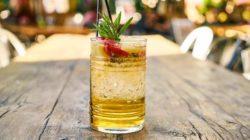 Saftaktivierung mit Kanne Brottrunk erfrischendes Glas Saft