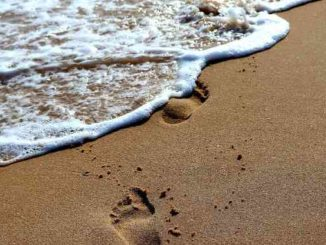 fussspuren im sand am meer