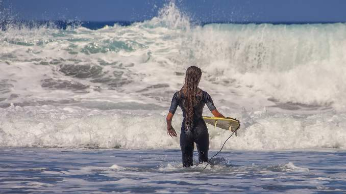 lebenswelle reiten surferin