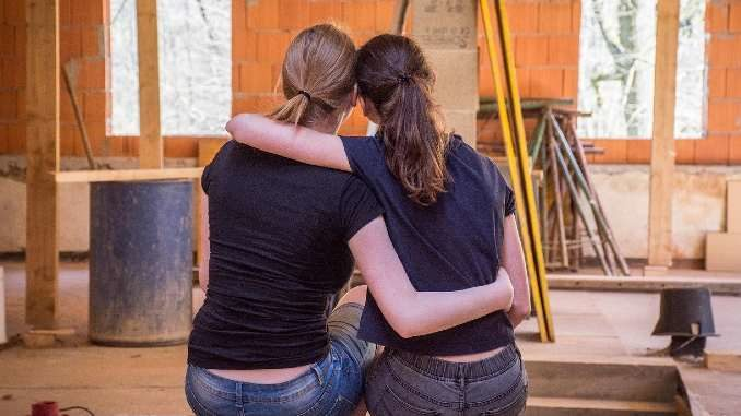 vergebung zwei frauen umarmen sich