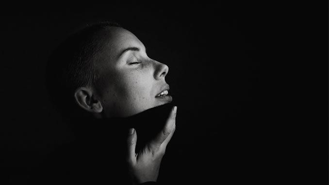 Gesichtsmassage-entspannung-wellness