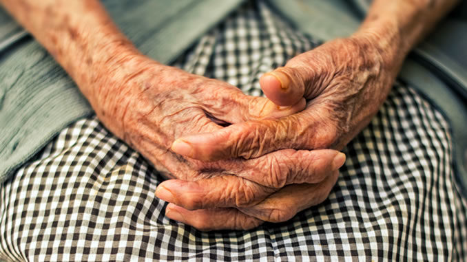 Haende-alt-Frau-Einsamkeit