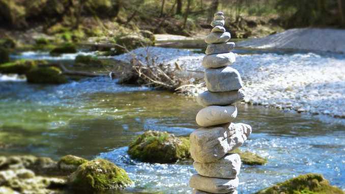 spiritualitaet steinturm im fluss stones