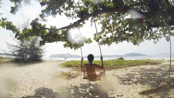 frau-schaukel-strand-paradies-topical-beach