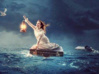 hoffnung-verzweiflung-Frau-koffer-meer-water