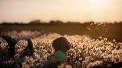 maedchen-blumen-natur-geborgenheit-flowers