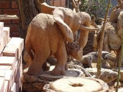 Reise-Namibia-2021-Barbara-Bessen-Holz-Elefanten