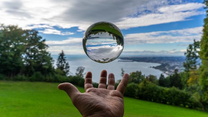 glaskugel-hand-nature