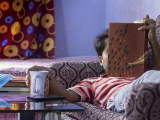 lockdown-light-mann-sofa-buch-stay-at-home