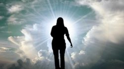 Frau-Himmel-spirituelle-Suche-clouds